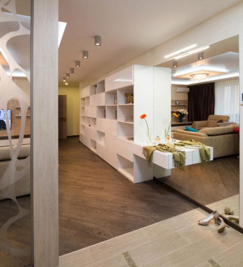 Прихожая коридор зеркало консоль шкаф гардероб стеклянная перегородка керамическая плитка паркет ламинат декор современный дизайн интерьер квартиры минимализм фьюжн