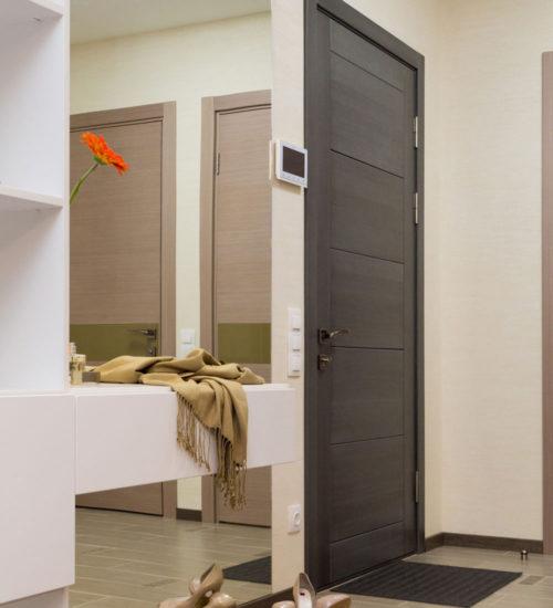 Прихожая коридор зеркало консоль шкаф входная дверь керамическая плитка паркет ламинат декор современный дизайн интерьер квартиры минимализм фьюжн