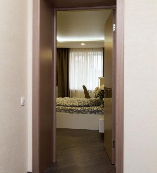 Коридор холл двери парке ламинат декор современный дизайн интерьер квартиры минимализм фьюжн