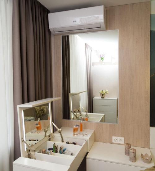 Спальня прикроватные тумбочки консоль туалетный столик стол зеркало декор текстиль современный дизайн интерьер квартиры минимализм фьюжн дизайн спальни