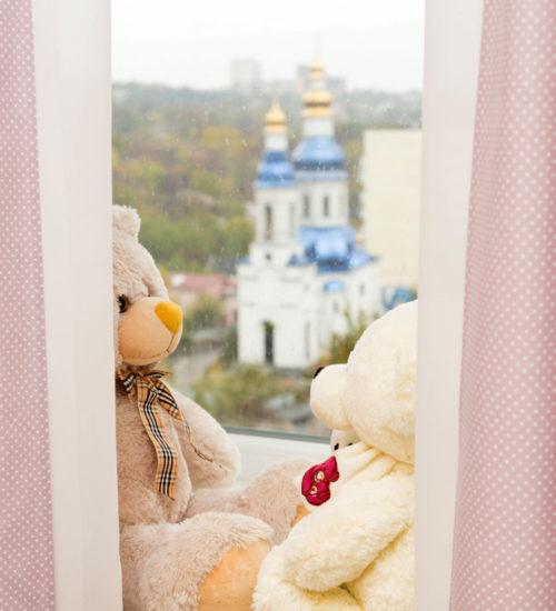 Спальня детская комната кровать шкаф гардероб шкаф-купе зеркальный фасад место хранения ковер текстиль декор стул дизайн интерьер квартиры минимализм фьюжн дизайн детской для девочки