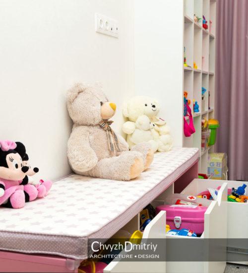 Спальня детская комната шкаф место хранения комод полки ящики лавка ковер текстиль декор стул стульчик современный дизайн интерьер квартиры минимализм фьюжн дизайн детской для девочки