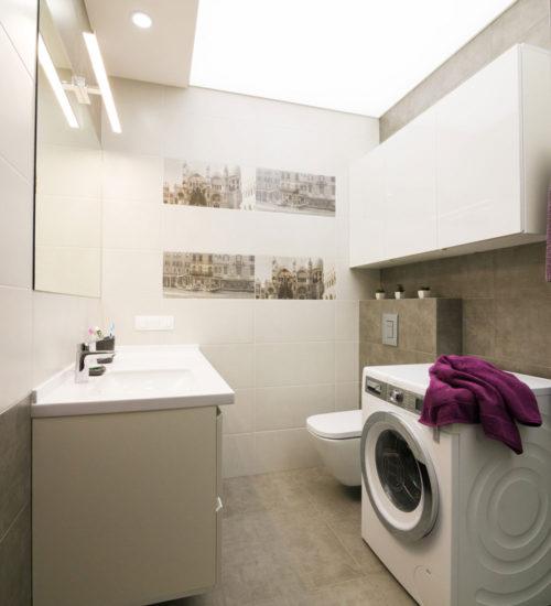 Ванная комната постирочная стиральная машина гостевой санузел санузел ванна душ умывальник зеркало унитаз инсталляция керамическая плитка керамогранит современный дизайн интерьер квартиры минимализм фьюжн