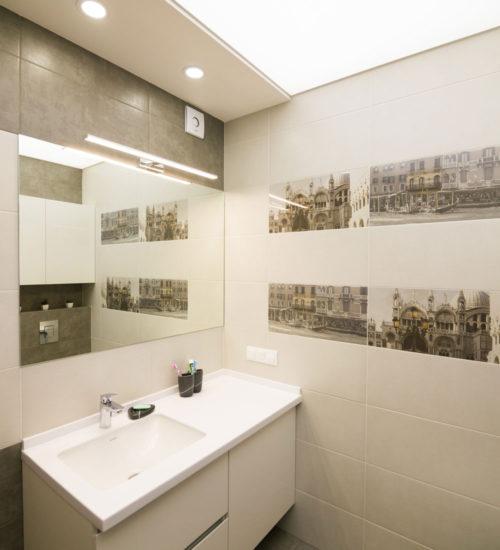 Ванная комната постирочная гостевой санузел санузел ванна душ умывальник зеркало унитаз инсталляция керамическая плитка керамогранит современный дизайн интерьер квартиры минимализм фьюжн