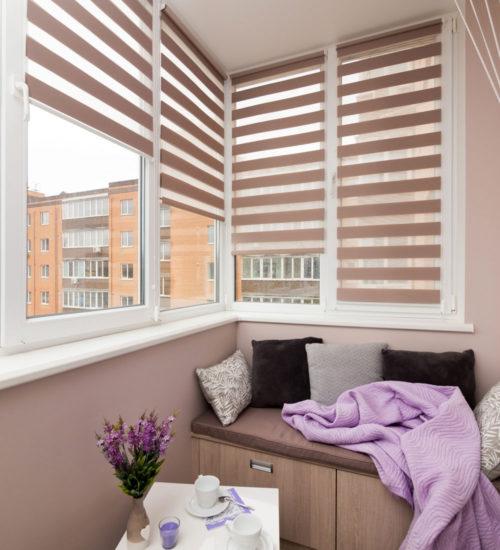 Балкон место для релакса диван столик уют комфорт керамическая плитка керамогранит современный дизайн интерьер квартиры минимализм фьюжн роллшторы деньночь
